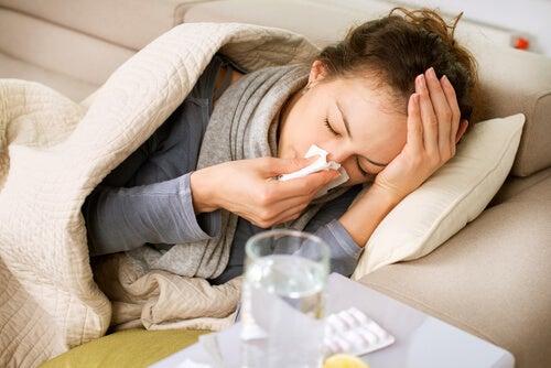 Mujer con gripe y dolor en brazos y piernas
