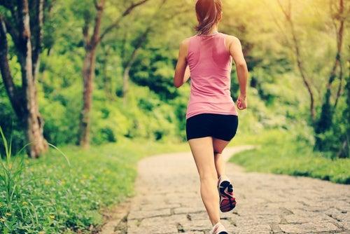 Mujer haciendo ejercicio para el estrés emocional