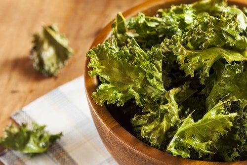 La col rizada aporta gran cantidad de vitaminas que pueden ayudar a reducir las várices.