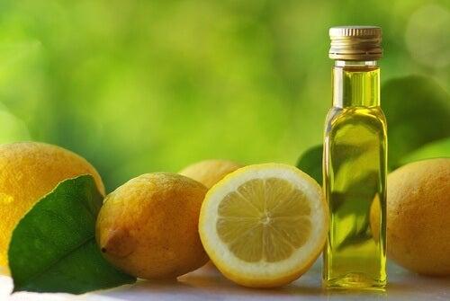 Aceite de oliva y limón para representar uno de los remedios para el estreñimiento