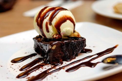 Prepara tu propio brownie de chocolate con nueces