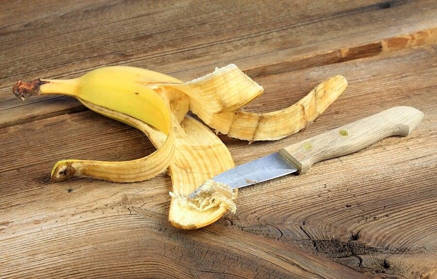 Cáscara de banana y cuchillo.
