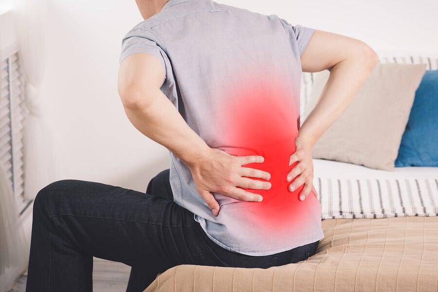 Hombre con dolor de pielonefritis