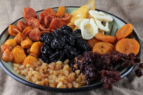Frutas escalfadas con galletas y queso mascarpone