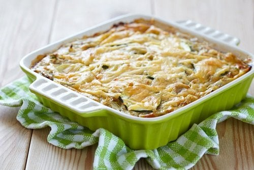 Podemos elaborar un pastel de calabacín muy sencillo y pocos ingredientes.
