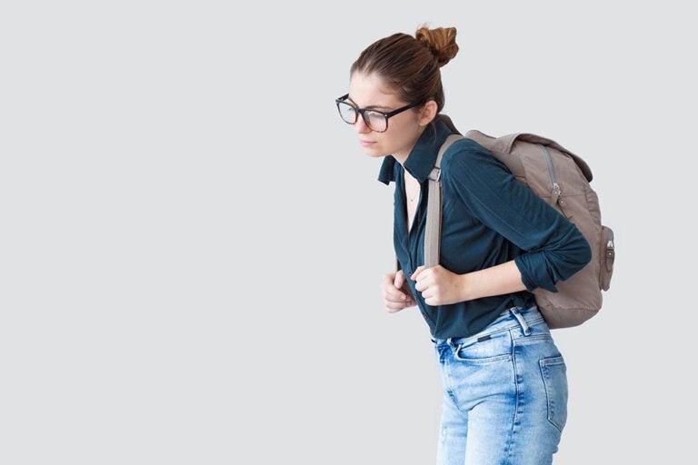 ¿De qué modo sueles llevar tu bolso?  ¡Aprende a cuidar de tu espalda!