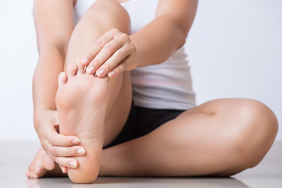 Existen varias causas detrás de los pies y tobillos hinchados.