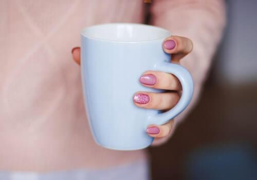 Beber abundante líquido ayuda a combatir la hinchazón.