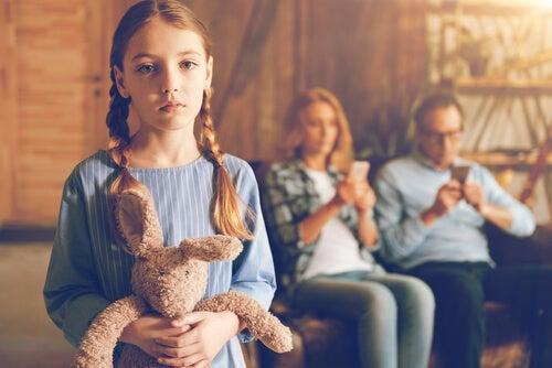 No escuchar es un error común en la educación de los hijos.