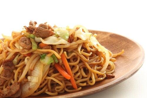 Noodles con carne picada