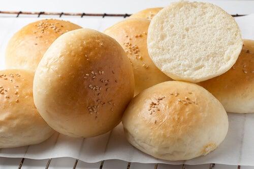 Aprende a hacer un pan de hamburguesa casero y tierno.