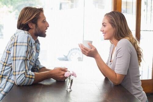 Pareja haciéndose preguntas para enamorarse y enamorar