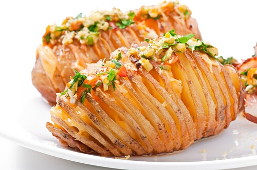Patatas rellenas al horno estilo hasselback