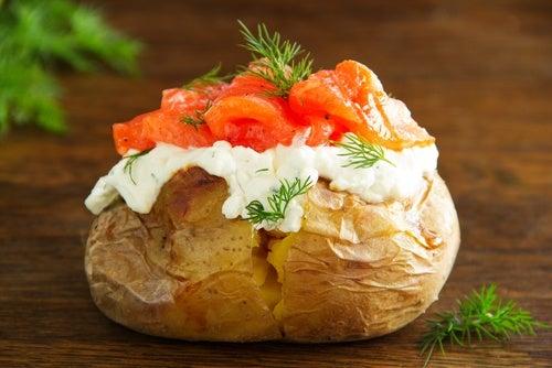 Patatas asadas con salmón ahumado y queso