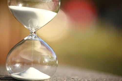 Reloj de arena simbolizando el paso de la vida