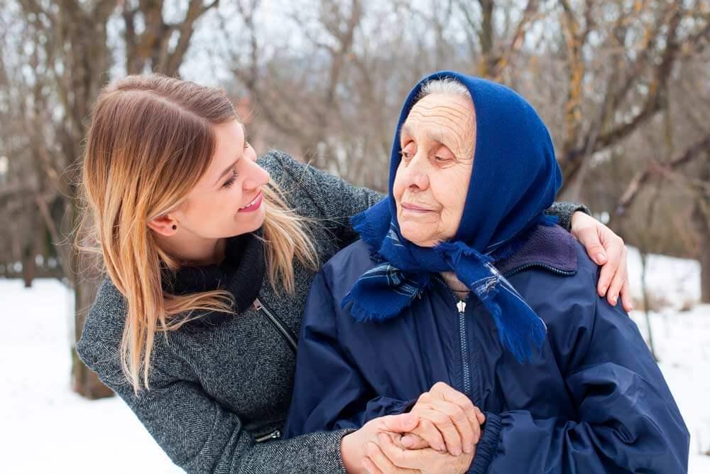 Cuidadora de relevo con una anciana.