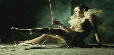 Manipuladores cotidianos: mujer atada con cuerdas