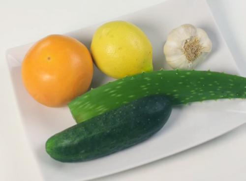 Zumo de limón, pepino, ajo, sábila y toronja para reducir el colesterol