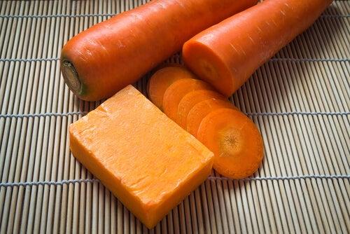 8c870f5d357 Reemplaza el jabón comercial y prepara tu propio jabón de zanahoria y miel  casero con propiedades antioxidantes que protegen la piel y previenen su ...