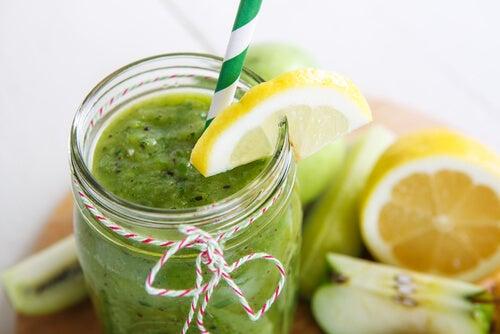 Zumo de espinacas, manzanas y limón para reducir la grasa abdominal