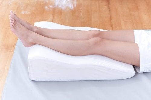 A la hora de dormir podemos ponernos un cojín debajo de las piernas para aliviar y combatir las varices