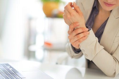 Mujer con mano inflamada