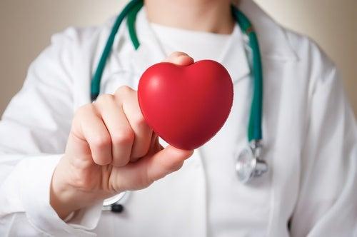 Médico enseñando un corazón