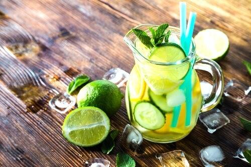 Agua con pepino, limón y menta para un vientre plano