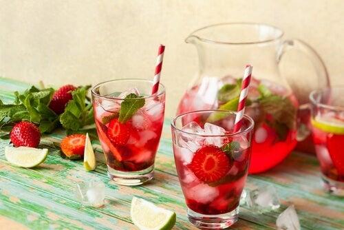 Receta de agua detox saciante con fresa