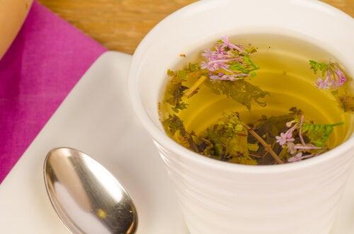 Chá de valeriana, um dos remédios calmantes