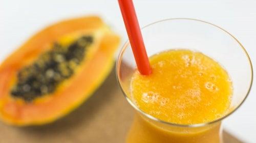 Zumo de papaya y durazno para la indigestión