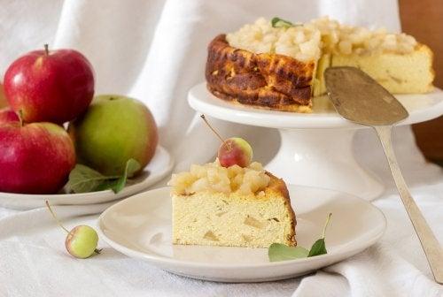 Bizcocho de manzana y queso crema.