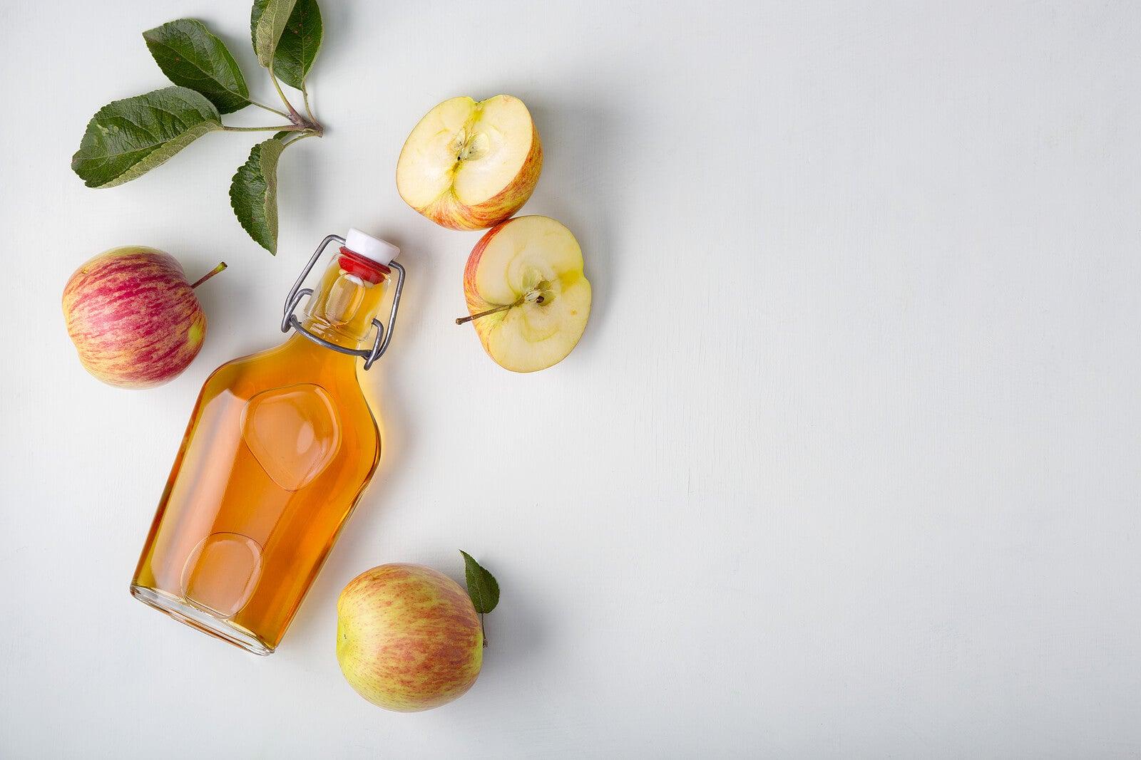Botella con vinagre de sidra de manzana.