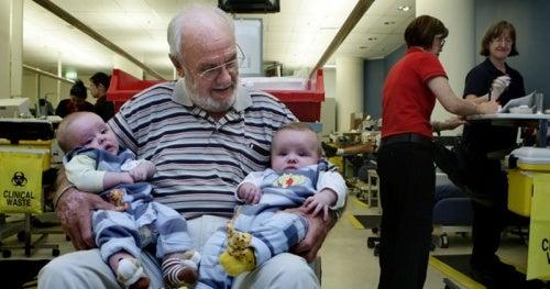 El hombre que salva millones de bebés con su sangre