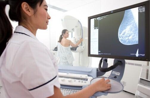 Doctora examinando mamografía