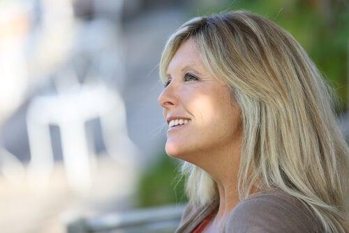 Mujer con cuarenta años feliz