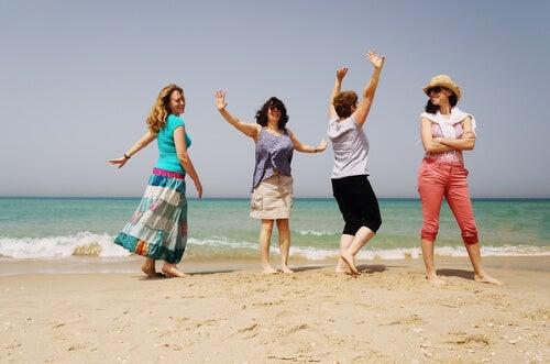 Mujeres con cuarenta años en la playa