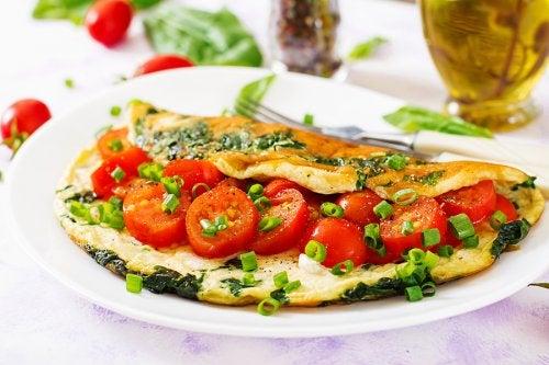 Tortilla rellena de tomates.