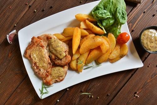 Pollo asado con crema de limón y espinacas