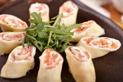 Rollitos de pan de molde con salmón y rúcula