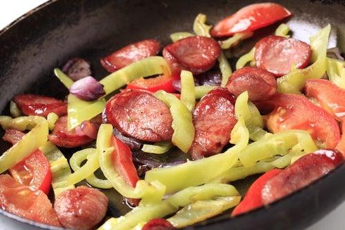 Salchichas con pimientos y cebolla