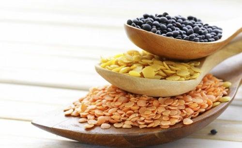 Semillas de cereales en cucharas de madera apiladas