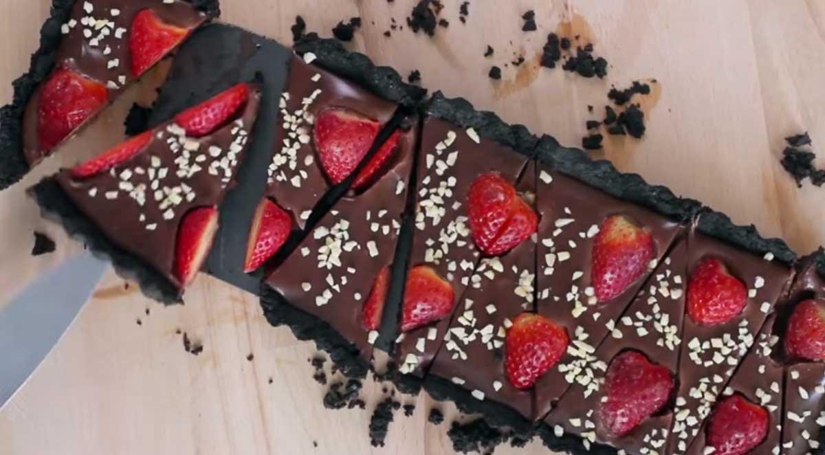 Deliciosa tarta de fresas y galletas Oreo (sin hornear)