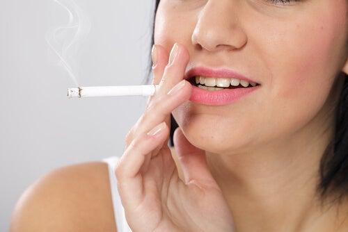 8 hábitos comunes que deterioran la salud de tu rostro