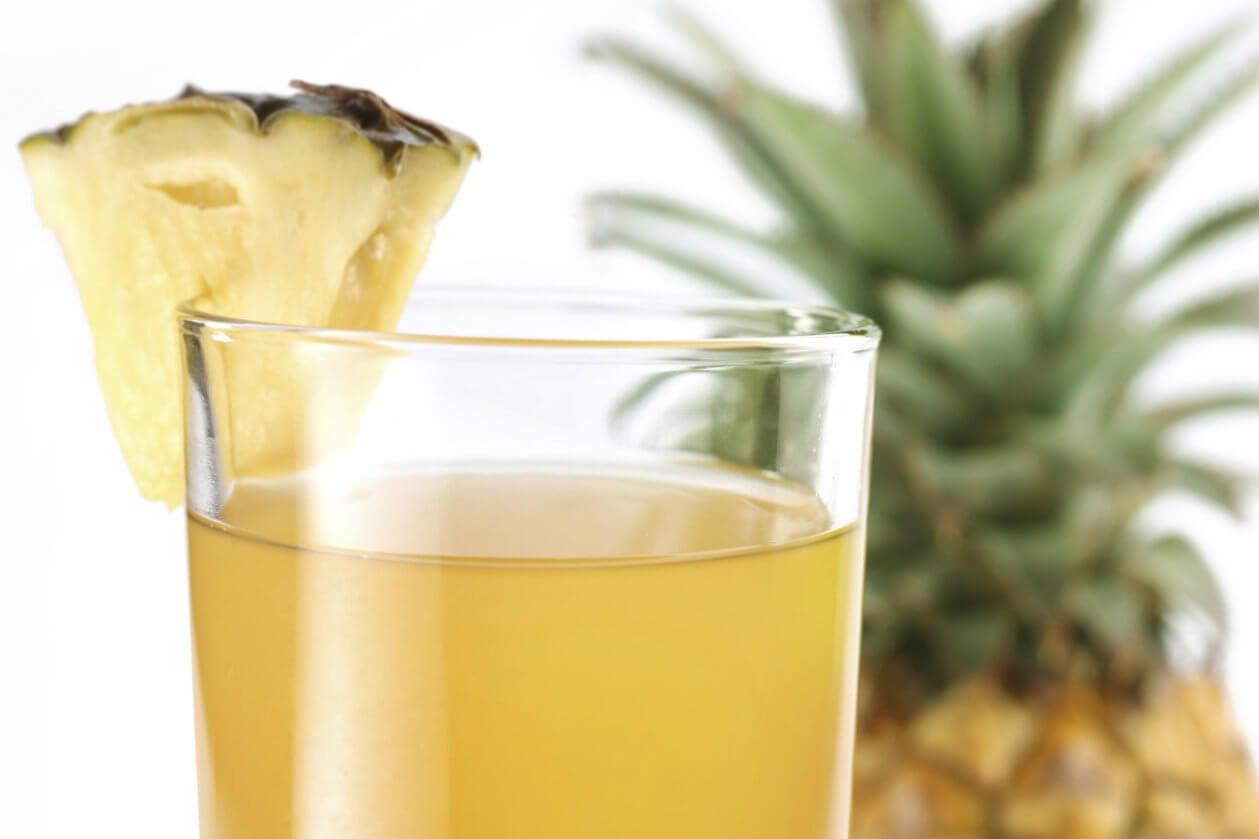 Zumo de piña como remedio natural para desintoxicar el hígado.