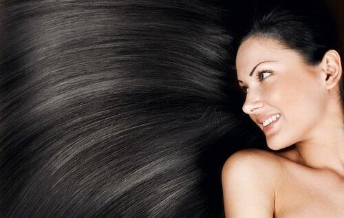 Dile adiós al cabello graso con estas 4 soluciones naturales