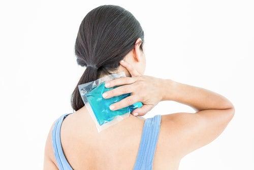 Contra-la-inflamación-aplica-hielo-realizando-suaves-masajes.