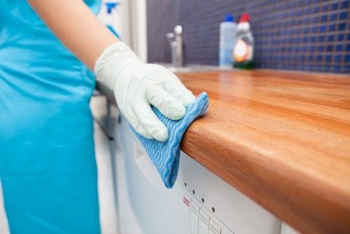 Desinfectar-la-encimera-de-la-cocina