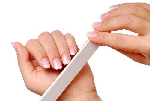 Limar en forma recta para fortalecer las uñas