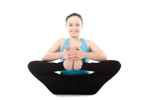 Postura-de-yoga-sobre-los-tobillos